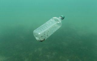 Μάστιγα για το περιβάλλον, τα θαλάσσια είδη και τον άνθρωπο είναι τα πλαστικά απορρίμματα, ορισμένα εκ των οποίων χρειάζονται έως και 450 χρόνια για να διασπαστούν. (Φωτογραφία αρχείου)
