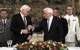 Ο Πρόεδρος της Δημοκρατίας Προκόπης Παυλόπουλος (Δ) με τον Πρόεδρο της Ομοσπονδιακής Δημοκρατίας της Γερμανίας Φράνκ Βάλτερ Σταϊνμάιερ (Frank Walter Steinmeier) (Α) τσουγκρίζουν τα ποτήρια στο επίσημο δείπνο στο Προεδρικό Μέγαρο, Πέμπτη 11 Οκτωβρίου 2018. Ο Πρόεδρος της Ομοσπονδιακής Δημοκρατίας της Γερμανίας Φράνκ Βάλτερ Σταϊνμάιερ με τη σύζυγό του Έλκε Μπουντενμπέντερ, πραγματοποιεί επίσημη επίσκεψη στην Ελλάδα, ύστερα από πρόσκληση του Προέδρου της Δημοκρατίας Προκόπη Παυλοπούλου. ΑΠΕ-ΜΠΕ/ΑΠΕ-ΜΠΕ/ΣΥΜΕΛΑ ΠΑΝΤΖΑΡΤΖΗ