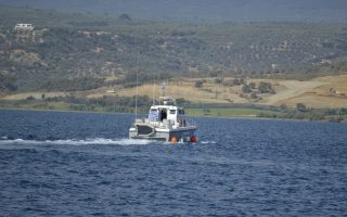 65 παράτυπα διερχόμενα πρόσωπα από Αφγανιστάν και Πακιστάν νεαρής ηλικίας μεταξύ αυτών 8 παιδιά και 8 γυναίκες, συνελήφθησαν κοντά στην νήσο Πρώτη διαπλέοντας προς Ιταλία, όταν το ιστιοπλοϊκό σκάφος στο οποίο επέβαιναν έμεινε από καύσιμα κι εντοπίσθηκε να πλέει ακυβέρνητο από σκάφος του λιμενικού σώματος οπού τους μετέφερε στην Πύλο.Όλοι είναι καλά στην υγεία τους και μεταφέρθηκαν στο κλειστό στάδιο με ευθύνη του δήμου.Ανακρίσεις διεξάγει το Λιμεναρχείο Πύλου.