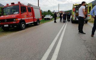 Τροχαίο ατύχημα σημειώθηκε την  Κυριακή 20 Μαΐου 2018,  στο δρόμο Άργους Καρυάς στην περιοχή της Χούνης στο Δήμο Άργους Μυκηνών στην Αργολίδα. Ένα ΙΧ. αυτοκίνητο,  που οδηγούσε μια νεαρή κοπέλα εξετράπη της πορείας του λόγω της ολισθηρότητας του δρόμου από την δυνατή βροχή  που έπεφτε  και ντεραπάρισε πέφτοντας  σε χωράφι.  Στην τρελή πορεία που ακολούθησε το όχημα, προσέκρουσε πάνω στην περίφραξη του χωραφιού ενώ έκοψε και τρεις μικρές πορτοκαλιές. Στο σημείο έσπευσε η Πυροσβεστική καθώς η νεαρή είχε εγκλωβιστεί  με ένα μικρό παιδί.  Την οδηγό παρέλαβε ασθενοφόρο του ΕΚΑΒ που την μετέφερε στο νοσοκομείο Άργους.  ΑΠΕ-ΜΠΕ /ΑΠΕ-ΜΠΕ/ΜΠΟΥΓΙΩΤΗΣ ΕΥΑΓΓΕΛΟΣ