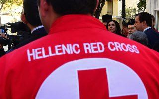 Μέλη του Ερυθρού Σταυρού προσφέρουν τρόφιμα και είδη πρώτης ανάγκης στην Ιερά Μητρόπολη Κορίνθου για τους  άπορους, για τις εορτές του Πάσχα, Μεγάλη Τετάρτη 4 Απριλίου 2018. ΑΠΕ-ΜΠΕ/ΑΠΕ-ΜΠΕ/ΒΑΣΙΛΗΣ ΨΩΜΑΣ