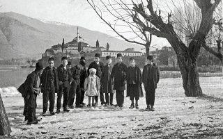 Ιωάννινα, γύρω στο 1910. Μέλη της τοπικής εβραϊκής κοινότητας. Σήμερα η κοινότητα είναι μικρή και σιγοσβήνει. Από το βιβλίο «Το πανόραμα του Νισήμ Λεβί», που κυκλοφορεί από τις εκδόσεις Καπόν.