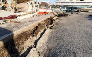 Αποτύπωμα από το χτύπημα των 6,4 Ρίχτερ στην προβλήτα στο λιμάνι του νησιού. Οι σεισμολόγοι τονίζουν «οι κάτοικοι δεν πρέπει να ανησυχούν, ωστόσο να μην μένουν σε σπίτια που έχουν υποστεί ζημιές».