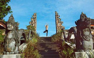 Κάνοντας γιόγκα στο Μπαλί, έναν από τους δημοφιλέστερους προορισμούς ευεξίας στον κόσμο. (Φωτογραφία: Shutterstock)