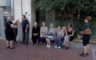 Κόσμος, κυρίως συνταξιούχοι που για διάφορους λόγους δεν διαθέτουν κάρτα ATM περιμένουν έξω από υποκατάστημα τράπεζας, νωρίς το πρωί  πριν το άνοιγμα της, για να πληροφορηθούν πότε θα μπορούν να κάνουν ανάληψη μετρητών από τη σύνταξη τους, Αθήνα Δευτέρα 29 Ιουνίου 2015. Η κυβέρνηση ανακοίνωσε μέτρα ελέγχου της κίνησης κεφαλαίων ενώ οι τράπεζες θα παραμείνουν κλειστές ως την διεξαγωγή του δημοψηφίσματος. Ειδική μέριμνα θα ληφθεί για τους συνταξιούχους.   ΑΠΕ-ΜΠΕ/ΑΠΕ-ΜΠΕ/ΟΡΕΣΤΗΣ ΠΑΝΑΓΙΩΤΟΥ