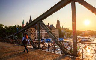 Μία από τις πιο όµορφες γέφυρες που ενώνουν τις όχθες του ποταµού  Μάιν είναι η Eiserner Steg. (Φωτογραφία: VISUALHELLAS.GR)