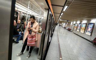 Το σήμα της κινητής τηλεφωνίας στο μετρό βασίζεται σε υποδομές που δεν έχουν ανανεωθεί, ενώ δεν υπήρξαν ποτέ οι κατάλληλες προδιαγραφές ώστε να μπορεί να μιλήσει ή να σερφάρει κανείς μέσω έξυπνης συσκευής εντός των συρμών.