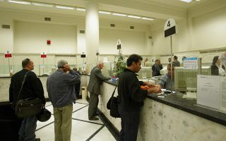 Στιγμιότυπο από χώρους εργασίας τράπεζας (Computer γκισέ, υπάλληλοι, ταμία)