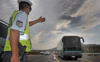 Τροχονόμος ρυθμίζει την κυκλοφορία των αυτοκινήτων που διασχίζουν το τμήμα της Ολυμπίας οδού που παραδόθηκε στην κυκλοφορία, την Πέμπτη 7 Αυγούστου 2014, στην Κόρινθο.  Ο υπουργός Υποδομών, Μεταφορών και Δικτύων, Μιχάλης Χρυσοχοΐδης, επισκέφτηκε τα εν εξελίξει έργα της Ολυμπίας Οδού, όπου  ενημερώθηκε  για την πορεία εκτέλεσης τους και παρέδωσε στην κυκλοφορία το τμήμα Αρχαία Κόρινθος -Ζευγολατιό, μήκους 6,5 χλμ.   ΑΠΕ-ΜΠΕ/ ΑΠΕ-ΜΠΕ/ ΨΩΜΑΣ ΒΑΣΙΛΗΣ