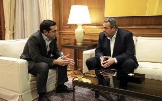 O πρωθυπουργός Αλέξης Τσίπρας (A) μιλάει με τον πρόεδρο των ΑΝΕΛ και υπουργό Εθνικής Άμυνας Πάνο Καμμένο (Δ) κατά τη συνάντησή τους στο Μέγαρο Μαξίμου, Αθήνα, τη Δευτέρα 09 Ιανουαρίου 2017. Διαδοχικές συναντήσεις πραγματοποιεί ο πρωθυπουργός με τους αρχηγούς των κομμάτων για το Κυπριακό. ΑΠΕ-ΜΠΕ/ΑΠΕ-ΜΠΕ/ΣΥΜΕΛΑ ΠΑΝΤΖΑΡΤΖΗ