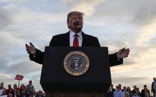 Ο Ντόναλντ Τραμπ απευθύνεται στα πλήθη στη Μισούλα της Μοντάνας.