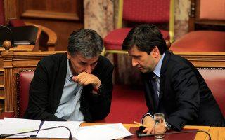 Η κυβέρνηση ποντάρει προφανώς στην εκτίμηση ότι οι Ευρωπαίοι υπουργοί Οικονομικών δεν θα θελήσουν να ανοίξουν ξανά το μέτωπο της Ελλάδας, από τη στιγμή που έχουν σοβαρότερα προβλήματα, όπως της Ιταλίας (στη φωτ. οι Ευκλείδης Τσακαλώτος και Γιώργος Χουλιαράκης).