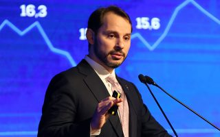 Ο Τούρκος υπουργός Οικονομικών Μπεράτ Αλμπαϊράκ αποφάσισε να μειώσει τον ΦΠΑ σε σειρά προϊόντων ευρείας κατανάλωσης μέχρι το τέλος του έτους.