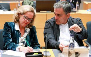 O υπουργός Οικονομικών Ευκλείδης Τσακαλώτος με την Ισπανίδα ομόλογό του Νάντια Καλβίνο κατά το χθεσινό Eurogroup στις Βρυξέλλες. Το θέμα της Ελλάδας δεν συζητήθηκε χθες. Mια πρόγευση των προθέσεων της Κομισιόν σχετικά με την περικοπή ή μη των συντάξεων θα δώσει η Ευρωπαϊκή Επιτροπή στις φθινοπωρινές προβλέψεις της, οι οποίες αναμένεται να ανακοινωθούν μεθαύριο, Πέμπτη 8 Νοεμβρίου.