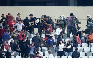 Σύμφωνα με την αστυνομία, οπαδοί του Ολυμπιακού επιτέθηκαν με ρίψεις διαφόρων αντικειμένων στις αστυνομικές δυνάμεις.