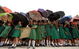 Τα παιδιά με τις ομπρέλες τους δείχνουν τη μεγάλη ανάγκη προστασίας που έχει το στρώμα του όζοντος, στο πλαίσιο της Διεθνούς Ημέρας Οζοντος.