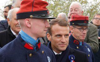 Με ρέκτη ιστορικών αναπαραστάσεων, που φοράει στολή Γάλλου πεζικά-ριου του Μεγάλου Πολέμου, φωτογραφήθηκε χθες ο Μακρόν στη Μοράνγκ.