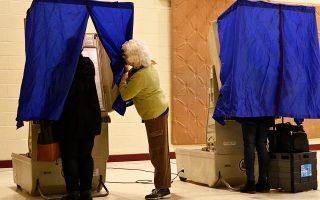 Εκλογικό κέντρο στην Πενσιλβάνια, χθες. Στις ΗΠΑ υπάρχει πανσπερμία μεθόδων ψηφοφορίας και εκλογικών κανονισμών.