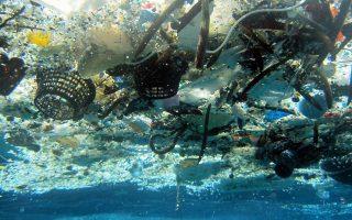 Πλαστικά σκουπίδια στην επιφάνεια της θάλασσας, ανοικτά της Χαβάης, σε υποβρύχια φωτογραφία του 2014.