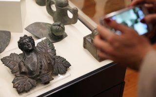 Επισκέπτης φωτογραφίζει τα ευρήματα από τη Ρωμαϊκή περίοδο που διασώθηκαν από τα χέρια αρχαιοκαπήλων και τα οποία εκτίθενται στο Αρχαιολογικό Μουσείο της Σόφιας.