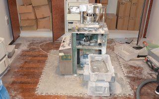 Μία από τις μηχανές παρασκευής αναβολικών που εντοπίστηκαν το 2016 στο εργαστήριο της Βάρης. Τα περισσότερα σκευάσματα που βρέθηκαν εκεί έφεραν την επωνυμία «Baltic».
