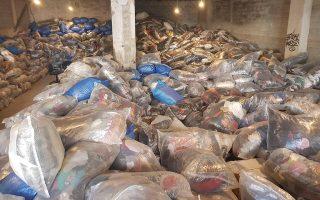Το ΣΔΟΕ κατάσχεσε, μεταξύ άλλων, 49 τόνους ενδυμάτων, που βρίσκο-νταν σε 2.440 σάκους. Πολλά από αυτά ήταν προϊόντα-μαϊμού, είχαν δηλαδή πλαστά σήματα επώνυμων εταιρειών.