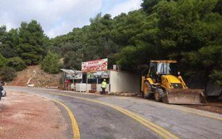 Στο 30ό χλμ. της παλαιάς εθνικής οδού Αθηνών - Θηβών ανέβηκε η μπουλντόζα για να κατεδαφίσει μια καντίνα 60 τ.μ. σε τσιμεντένια βάση.