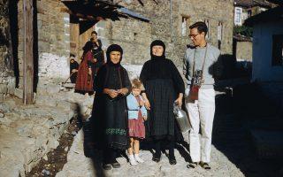 Ο Ρόμπερτ Μακέιμπ φωτογραφημένος στο Μέτσοβο με γυναίκες της περιοχής, το 1951, από τον αδελφό του Τσαρλς.