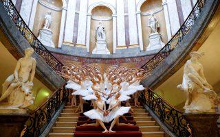 Σημασία στην ποσότητα.  Διαφημίζεται ως «Η μεγαλύτερη λίμνη των κύκνων». Στο μπαλέτο της Σαγκάης που κάνει πρεμιέρα στο Βερολίνο αντί για 16 κύκνους που συνήθως έχει η παράσταση θα παρουσιαστούν 48! Καθώς όπως φαίνεται είναι η εποχή που από την αρτιότητα της εκτέλεσης περνάμε στην ποσότητα του θεάματος. Η φωτογραφία από το Bode Museum που έγινε η φωτογράφηση για την παράσταση.  REUTERS/Fabrizio Bensch