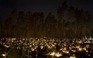 Να θυμάσαι. Η σοφή παράδοση των Μεξικανών λέει ότι οι νεκροί «ζουν» όσο τους θυμόμαστε. Οταν η ανάμνηση χαθεί, σβήνουν και αυτοί. Η φωτογραφία από άλλη χώρα, από την Λιθουανία που τα  μνήματα φωτίστηκαν -σημάδι αγάπης και θύμησης των ζωντανών- με αφορμή την γιορτή των Αγίων Πάντων. (AP Photo/Mindaugas Kulbis)