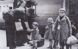 Το Σχέδιο Απομάκρυνσης των παιδιών από το Λονδίνο από τη βρετανική κυβέρνηση κατά τον Β΄ Παγκόσμιο Πόλεμο ονομάστηκε «Επιχείρηση Πολύχρωμος Αυλητής». Η επίπτωση του αποχωρισμού από τους γονείς σε οποιαδήποτε ηλικία, αλλά κυρίως πριν από τα δέκα, είναι τραυματική.