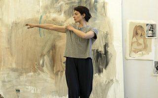 Η καλλιτέχνις Πέτρα αναζητεί στοιχεία για το παρελθόν της, ωστόσο βρίσκεται βυθισμένη όλο και περισσότερο στους κώδικες της τραγωδίας.