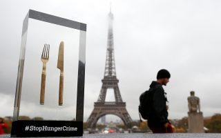 Να σταματήσουμε την ντροπή. Οσα και να έχει επιτύχει ο σύγχρονος άνθρωπος υπάρχει κάτι που μηδενίζει τον ίδιο μας τον πολιτισμό. Οτι ακόμα στην γη υπάρχουν άνθρωποι που πεθαίνουν καθημερινά από πείνα. Την ευαισθητοποίησή μας σε αυτό το τεράστιο ηθικό πρόβλημα επιδιώκει η Γαλλική μη κυβερνητική οργάνωση StopHungerCrime στο Παρίσι.  REUTERS/Stephane Mahe