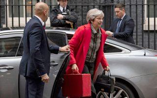 Η Βρετανίδα πρωθυπουργός Τερέζα Μέι φθάνει στην Ντάουνινγκ Στριτ, την ώρα που οι υπογραφές για την πρόταση μομφής εις βάρος της κατατίθενται στην αρμόδια επιτροπή της Βουλής.