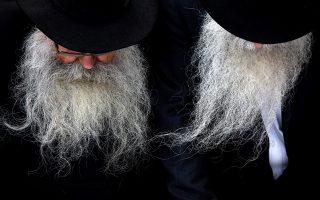 Θρησκεία και γενειάδες. Δεν τα πάνε καλά οι γραφές με τον καλλωπισμό. Δείχνουν μια ματαιοδοξία που δεν ταιριάζει στην ταπεινότητα του Θεού. Στην φωτογραφία ηλικιωμένοι Εβραίοι προσεύχονται στον τάφο του ραβίνου Menachem Mendel Schneerson στο κοιμητήριο Montefiore  στο Queens  της Νέας Υόρκης. REUTERS/Andrew Kelly