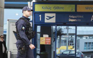 Από το σύνολο των 5.633 συλληφθέντων, 1.511 εντοπίστηκαν στο αεροδρόμιο του Ηρακλείου, 1.419 στο αεροδρόμιο Σαντορίνης, 1.150 στο αεροδρόμιο Θεσσαλονίκης και 402 στο «Ελ. Βενιζέλος» της Αθήνας.