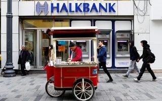 Θετικές εξελίξεις αναμένονται και στην πολύκροτη υπόθεση της τουρκικής τράπεζας Halkbank. Πρόκειται για την τουρκική τράπεζα που κατηγορείται από την Ουάσιγκτον ότι παραβίασε το εμπάργκο κατά του Ιράν, διευκολύνοντας συναλλαγές της Τεχεράνης και μεταβιβάσεις κεφαλαίων σε ιρανικές τράπεζες.
