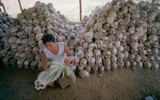 Ανδρας καθαρίζει κρανία στον ομαδικό τάφο του στρατοπέδου συγκέντρωσης Τσαούνγκ, που λειτουργούσε επί Ερυθρών Χμερ, στην Καμπότζη.