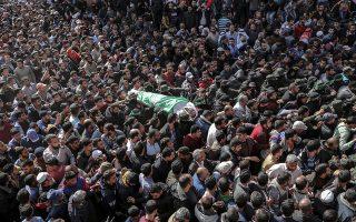 Τη σορό μαχητή της Χαμάς, που σκοτώθηκε την Κυριακή, κήδεψαν χθες Παλαιστίνιοι σύντροφοί του στη Χαν Γιουνίς της Γάζας.