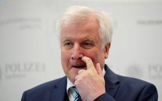 Ο Χορστ Ζεεχόφερ ανακοινώνει την παραίτησή του από την ηγεσία του κόμματος. Ο γερμανικός Τύπος εκτιμά ότι σύντομα θα εγκαταλείψει και το ΥΠΕΣ.