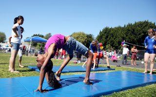 Νέες συστάσεις για τη σωματική άσκηση εξέδωσαν οι ΗΠΑ, επισημαίνοντας κυρίως ότι η καθιστική ζωή βλάπτει την υγεία. Τα παιδιά πρέπει να αρχίσουν να ασκούνται εξ απαλών ονύχων και ειδικότερα από την ηλικία των τριών ετών. Μέχρι σήμερα, η σχετική σύσταση ήταν τα έξι χρόνια. Οι ενήλικοι πρέπει να ασκούνται ήπια τουλάχιστον δυόμισι έως πέντε ώρες εβδομαδιαίως ή εντατικά μία έως δυόμισι ώρες. Μία σημαντική αλλαγή είναι ότι η αεροβική άσκηση, πλέον, αξιολογείται ως σημαντική, όση κι αν είναι η διάρκειά της.