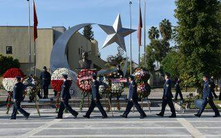 Μέλη της τουρκικής πολεμικής αεροπορίας τιμούν τη μνήμη του Μουσταφά Κεμάλ Ατατούρκ, εναποθέτοντας στεφάνια, κατά τη διάρκεια της τελετής της 10ης Νοεμβρίου στην αεροπορική βάση του Ιντσιρλίκ.