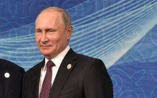 Οικονομικοί αναλυτές επιρρίπτουν την ευθύνη για την κατώτερη των προσδοκιών ανάπτυξη στην πολιτική του Ρώσου προέδρου Βλαντιμίρ Πούτιν.