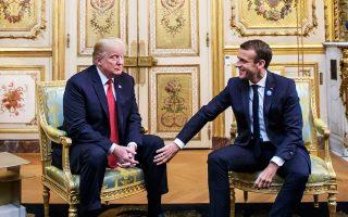Ο Γάλλος πρόεδρος Εμανουέλ Μακρόν βάζει το χέρι του στο γόνατο του Ντόναλντ Τραμπ μετά τις πρόσφατες συζητήσεις τους στο Ελιζέ στο Παρίσι.
