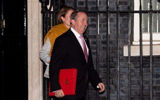 Μόλις έγινε γνωστή η επίτευξη συμφωνίας για το Brexit, τα μέλη του υπουργικού συμβουλίου προσκλήθηκαν στην πρωθυπουργική κατοικία, προκειμένου να ενημερωθούν για τις λεπτομέρειές της από την πρωθυπουργό Τερέζα Μέι. Στη φωτογραφία, αποχωρών από την πρωθυπουργική κατοικία, ο υπουργός αρμόδιος για το διεθνές εμπόριο Λίαμ Φοξ.