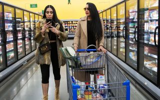 Οι αδελφές Ματαρού δεν διστάζουν, ωστόσο, να ψωνίσουν και στον βωμό της φθήνιας, το κατάστημα της αλυσίδας Walmart στο Τορόντο.