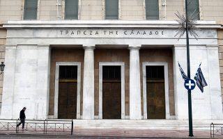 Σύμφωνα με δημοσίευμα του Bloomberg, η πρόταση της ΤτΕ προβλέπει τη μεταφορά από τις ελληνικές τράπεζες έως και του μισού των φορολογικών απαιτήσεων σε ένα όχημα ειδικού σκοπού (SPV). Το όχημα αυτό κάνοντας χρήση αυτής της απαίτησης θα εκδώσει ομόλογα, τα οποία θα πουλήσει προκειμένου με τα έσοδα αυτά να αγοράσει μη εξυπηρετούμενα ανοίγματα 42 δισ. ευρώ από τις τράπεζες.