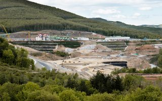 Το πρόγραμμα της Εldorado, που δεν μπορεί να προχωρήσει χωρίς την έγκριση των απαιτούμενων αδειών από το υπ. Ενέργειας, προβλέπει επενδύσεις 700 εκατ. δολ. για την ολοκλήρωση των έργων στις Σκουριές και περίπου άλλα τόσα για το εργοστάσιο της μεταλλουργίας.