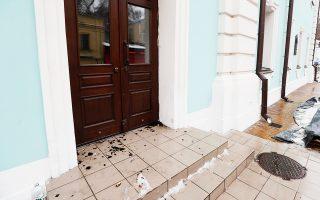 Θραύσματα γυαλιών στην είσοδο του Αγίου Ανδρέα μαρτυρούν την επίθεση αγνώστων που δέχθηκε χθες ο χριστιανικός ναός, καθώς και ένας ιερέας στο Κίεβο της Ουκρανίας. Ο Αρχιεπίσκοπος Ευστράτιος, ο οποίος φέρει τη θέση του αρχιγραμματέα της Ιεράς Συνόδου του αυτοανακηρυγμένου Πατριαρχείου Κιέβου, είπε ότι οι δράστες, που, σύμφωνα με την αστυνομία, ήταν τέσσερις, χρησιμοποίησαν σπρέι εναντίον του ιερέα. To Kίεβο απέδωσε το επεισόδιο στη Μόσχα, εξαιτίας της πρόσφατης ρήξης μεταξύ των δύο Εκκλησιών.