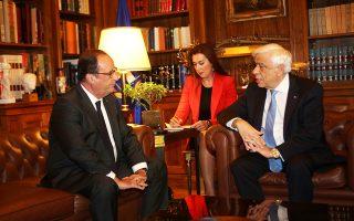 Ο κ. Προκόπης Παυλόπουλος με τον τέως πρόεδρο της Γαλλίας, Φρανσουά Ολάντ, κατά τη συνάντησή τους στο Προεδρικό Μέγαρο.